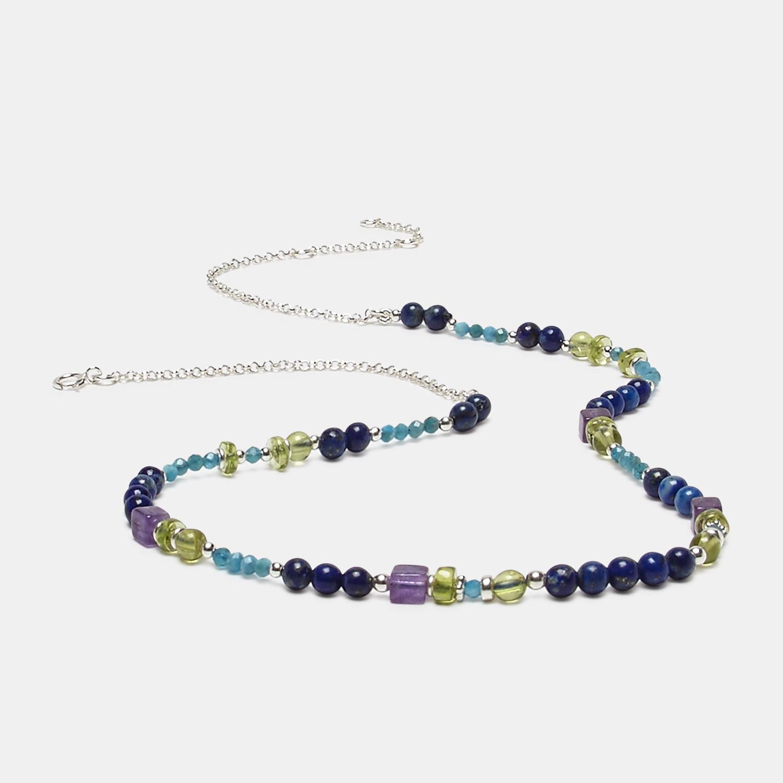 Gargantilla de lapislázuli, apatito y amatista terminada en cadena . Diseño de la marca Diorita